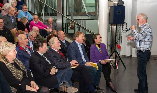 Tweede van links auteur Stephan de Vos, Verder Cor van Bree, Leen van Bree, Marja Tiemens-Idzinga en John Boere (Foto Sjaak van 't Wout).