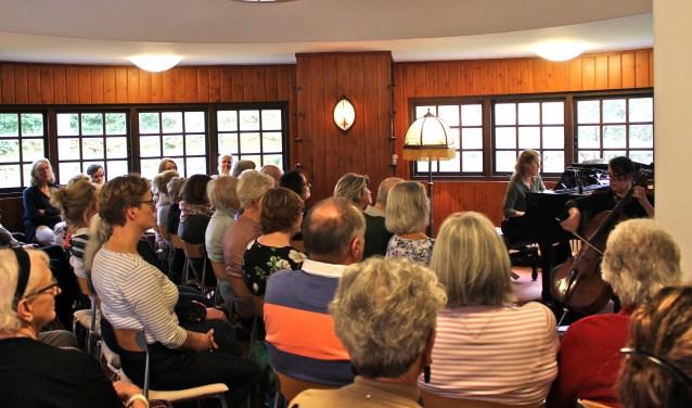 Het publiek genoot van de muziek tijdens de Mantelzorgdag in huize Gaudeamus.