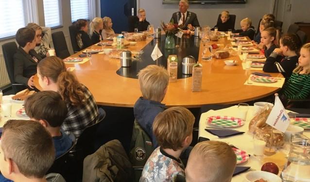 Leerlingen aan het ontbijt met de burgemeester.