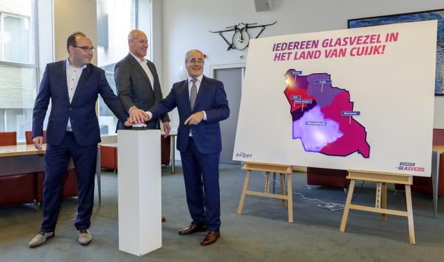 Paul van Wanrooij (TriNet), Eric Vos (E-Fiber)  en wethouder Jos Raemaekers activeren gezamenlijk de eerste aansluitingen van glasvezel. (foto: Ben Nienhuis)