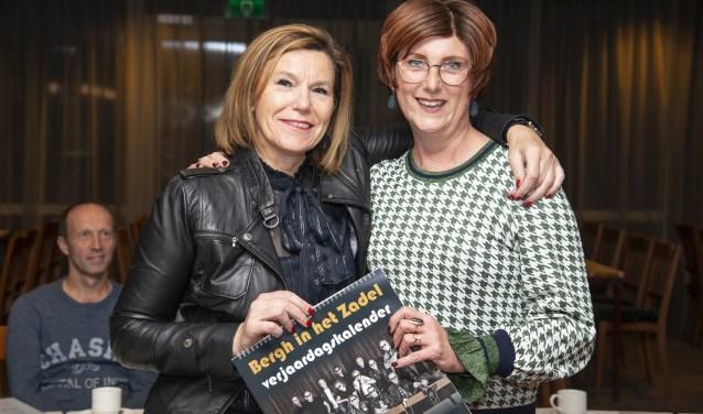Riny Weetink en Karolien Hupkes tonen trots het eerste exemplaar van de kalender (foto: Robin Sommers)