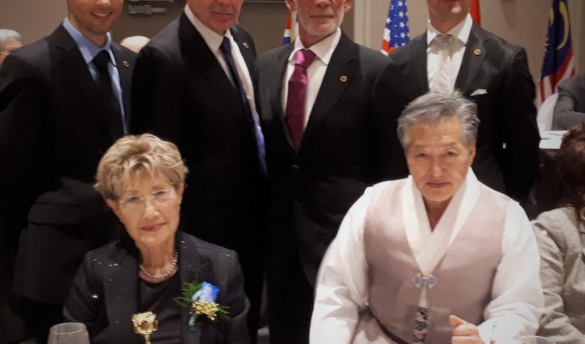 Linksachter: Paul van Beersum, rechtsachter Willem Jansen van TA Gelderland. Op de voorgrond Grandmaster Choi en zijn vrouw.