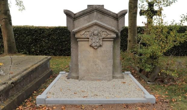 Vele jaren heeft het grafmonument Bax op de speelplaats van de Fatima meisjesschool in Heusden gestaan.