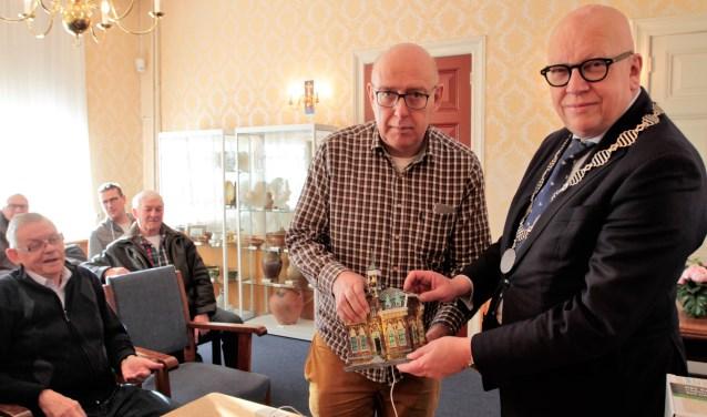 Leen Zevenbergen overhandigt het mini-raadhuisje aan burgemeester Hans Wagner (foto Sjors Ribeiro Edison)