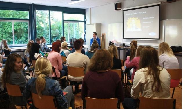 Leden van hetcampagneteam zulleneen theorieles overnemen van de rijschool en op een interactieve wijze het gesprek aangaan.
