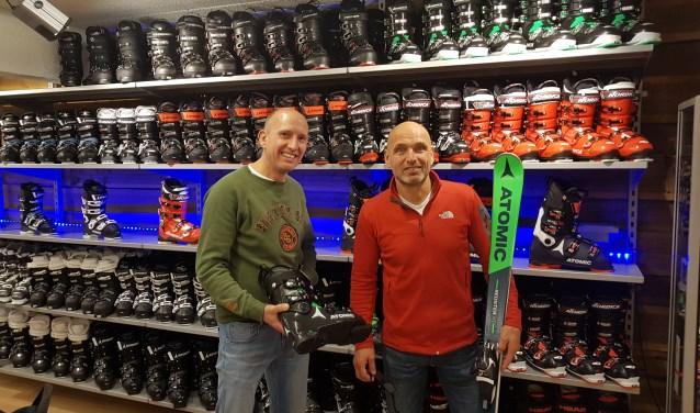 Jeroen van der Grijn en Ed Dolphijn zijn zelf ervaren skiërs. Daarom kunnen ze klanten uitgebreid advies geven over wat het beste bij de wintersportwensen past. (foto: Kees Stap)