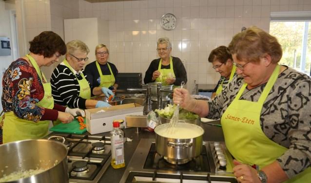 Lekker kokkerellen in de keuken van De Gastvrijheid. (foto Marco van den Broek)