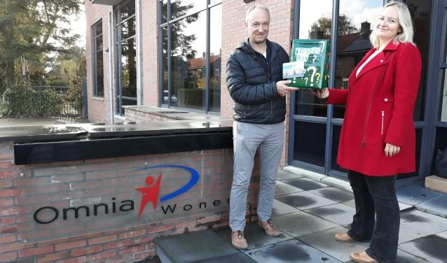 De reizende box wordt door Omnia overgedragen aan Zorggroep Noordwest-Veluwe