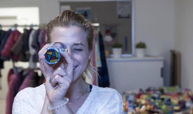Brenda Goes heeft een caleidoscoop uit de doos gehaald. Ze komt graag kleding ruilen bij KrijgdeKleertjes in Elst. (foto: Ellen Koelewijn)