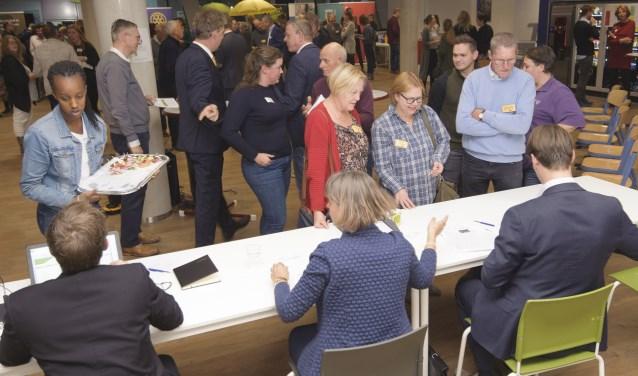 Deelnemers stonden in de rij voor de notarissen om hun match vast te leggen. Die varieerde van het uitlenen van een tractor tot advies over het bouwen van een website.  (foto: Jacques Kok)