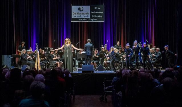 De Harmonie met Iris Kroes en dansers Mars Bentum.