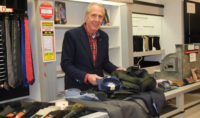 Jacques Huveneers staat nog ruim een week achter de kenmerkende toonbank met de antieke kassa. Na 9 december wil hij echt met pensioen. (Foto: Lysette Verwegen)