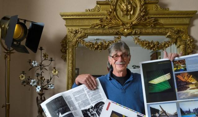 """Nu hij de drukproeven in handen heeft ziet Seelt pas hoe het boek er  uit komt te zien. """"De uitgever heeft echt zijn best gedaan een zo mooi mogelijk resultaat neer te zetten."""" FOTO: Carrie Frederiks"""