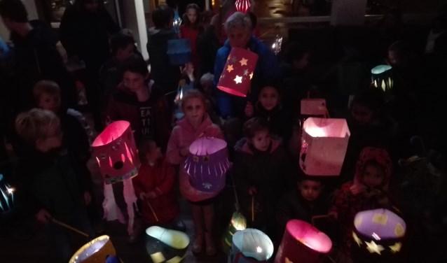 Kinderen met hun zelf gemaakte lampion klaar voor de optocht