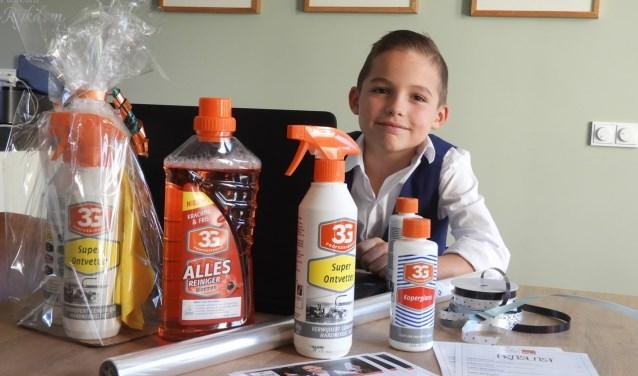 Pepijn met de schoonmaakartikelen die hij verkoopt. (Foto: Privé)