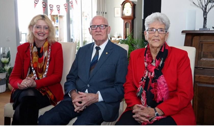 Het echtpaar Groeneveld-de Vries werd gefeliciteerd door burgemeester Reinie Melissant-Briene. Eigen foto