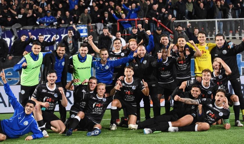 FC Den Bosch viert de overwinning van de Brabantse derby tegen FC Oss. Meegereisde supporters vieren mee de overwinning mee. Komende vrijdag staat FC Twente op het programma. Foto: Henk van Esch