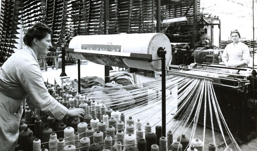 Bergoss-medewerksters in 1965 bezig met het maken van de spoelen ('boompjes') voor de Stoddard-axminster weefmachine. Foto: Leo van den Bergh, collectie Stadsarchief Oss.