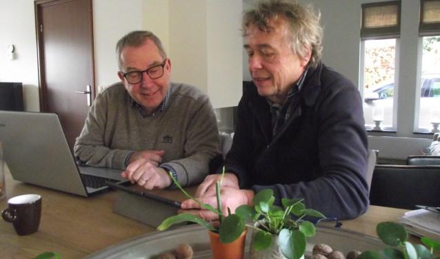 Harrie Vullings, neerlandicus (l) en Chris van Alem, dagbladjournalist, buigen zich al twee  jaar over 'De Gloriejaren van de Cuijkse Industrie'. (foto: eigen foto)