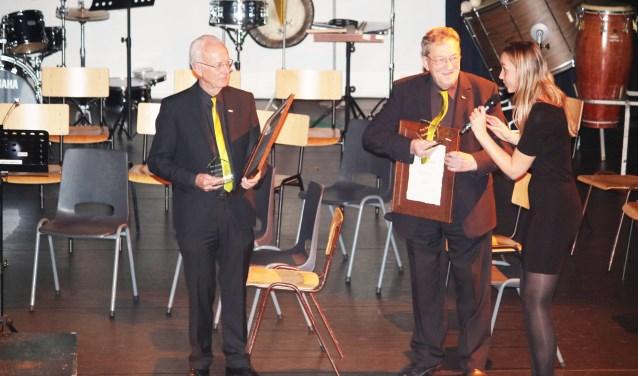 Jan Lenderink (l) en Joop Salarie (r) zijn nu ere leden van Advendo. Rechts Petra Fust.