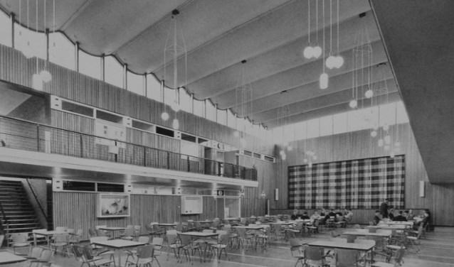 Wolfert van Borselen bestaat 50 jaar en viert dit met reünies. Op de foto de aula van Wolfert Dalton/Caland Lyceum.
