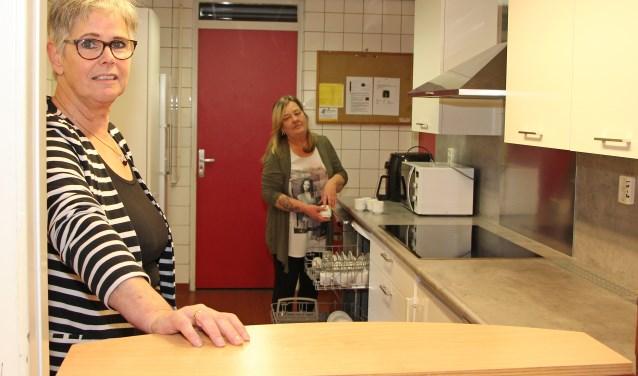 Liesbeth Mackenbach en haar vrijwilligers zijn trots op de nieuwe keuken.