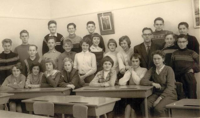 De zogenoemde stadsklas 1B in 1960, met rechts van het midden leraar Ger Harmsen. FOTO: Collectie familie Harmsen
