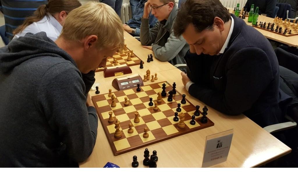 Het duel tussen Hotze Tette Hofstra en Jef Verwoert (rechts) trok volle belangstelling.  © Persgroep