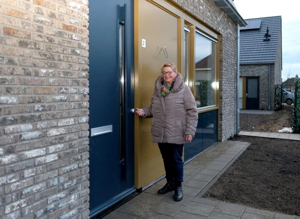 Tiny den Oudsten uit Elst gaat haar nieuwe woning binnen.  © Persgroep