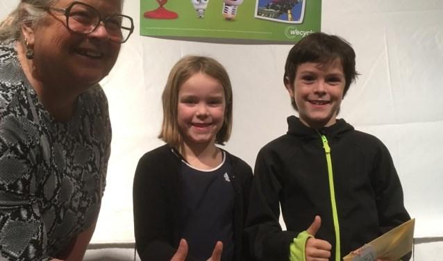 Mieke Bleij met prijswinnaars Bobbie en Marieke.