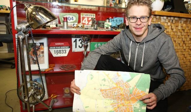 Job, hier met zijn 'schatkaart van Waalre', maakt met zijn handen wat zijn ogen zien, zoals de lamp links op de foto. Foto: Theo van Sambeek.