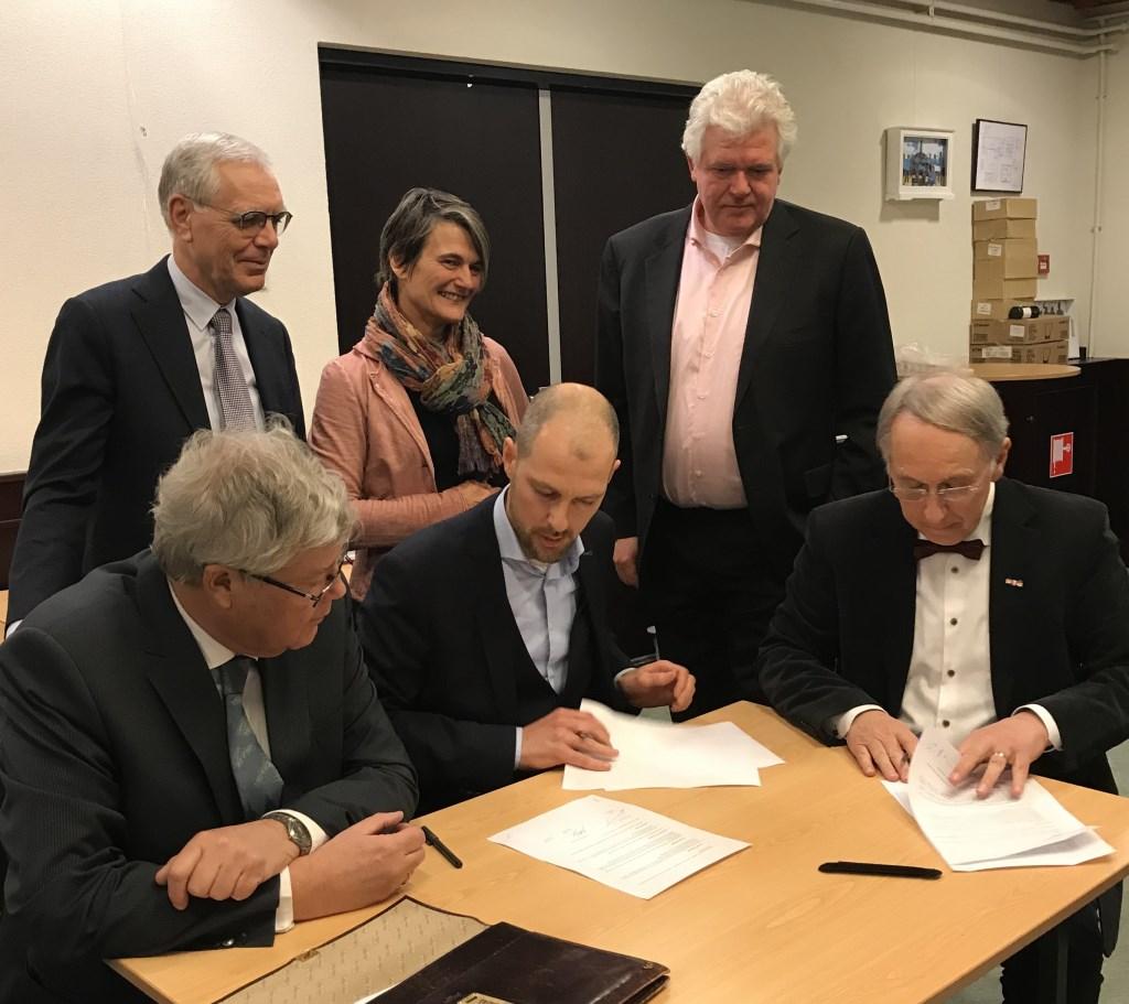 vlnr zittend: Jan Snijders, Sander Jansen (wethouder) en Jan Cremer en staand Cart Timmermans, Carol Dohmen en Eduard Schelfaut (Zeist)