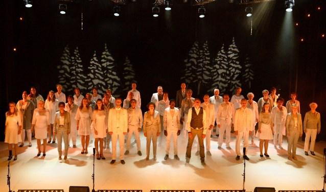 The New Voices op het podium van Het Musiater tijdens één van de kerstconcerten. (foto: Michel Geven)