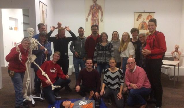 12 geslaagde EHBO, instructeur Ben Arentsen en bestuursleden van de 4 EHBO verenigingen