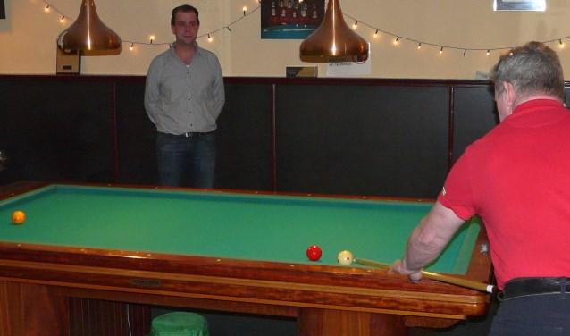 """In De Kleine Confiance wordt door acht teams wedstrijdbiljart gespeeld. """"Maar"""", zegt Chris Voets (links), """"iedereen kan bij ons zomaar binnen lopen om een potje te spelen"""". (Foto: Persgroep/gsv)"""