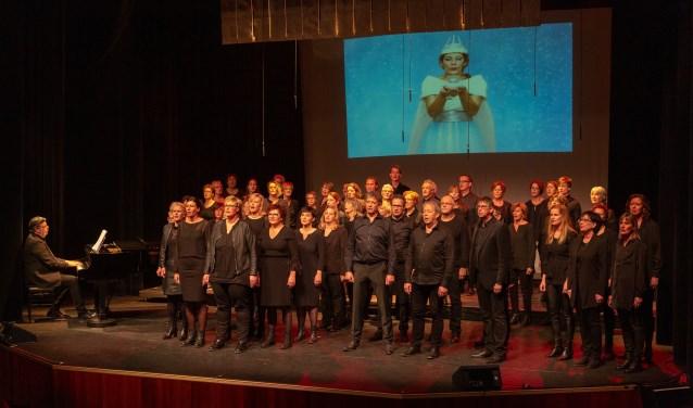 Popkoor Zinder gaf afgelopen weekend twee uitverkochte optredens: 'Verwonder... en alles is anders'. Foto: Hans van Oers