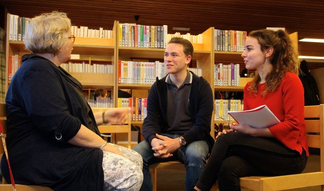 Dinie van Raamsdonk doet haar verhaal aan de HPC-leerlingen Mathijs Lin en Merel van Merwijk (foto: Kirsten den Boef)