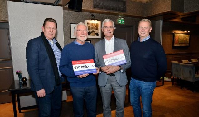 Gert Kraan (links) en Berry van den IJssel (rechts) overhandigden namens de Haringparty Lopikerwaard aan de Hospices van Oudewater en IJsselstein elk een cheque van 10.000 euro. (Foto: Paul van den Dungen)