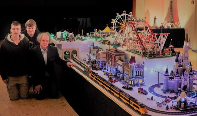 Jeroen van Veen bouwt samen met zijn zoons Joeri en Fjodor elk jaar een kerstdorp van Lego in Pernissimo