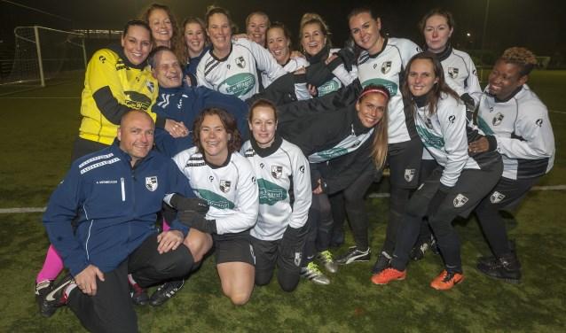Het vrouwen-veteranenteam van vv Lekkerkerk: wéér kampioen! (Foto: Wijntjesfotografie.nl)