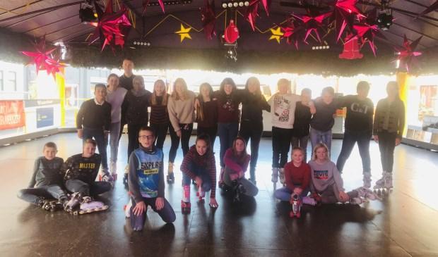 Groep jonge rolschaatsers op de vintage baan in Terneuzen.
