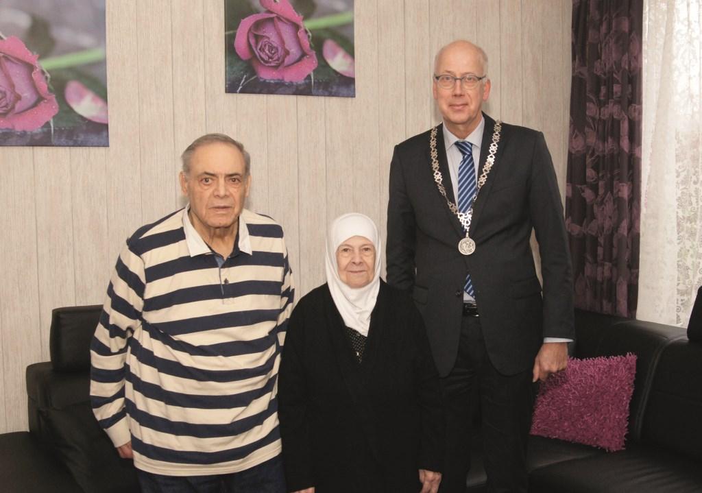 Burgemeester Arend van Hout kwam Mohammed en Saiza Abotouk feliciteren met hun diamanten huwelijksfeest.