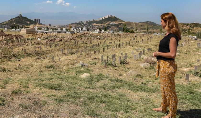 Cecile bij een massagraf in Turkije, Nameless Graveyard of Izmir, waar aangespoelde bootvluchtelingen naamloos worden begraven