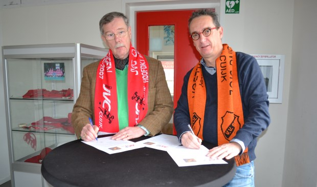 SIOL-voorzitter Rob Hoffmann (rechts) en JVC Cuijk-voorman Ton van Elk de Freese ondertekenen de overeenkomst.