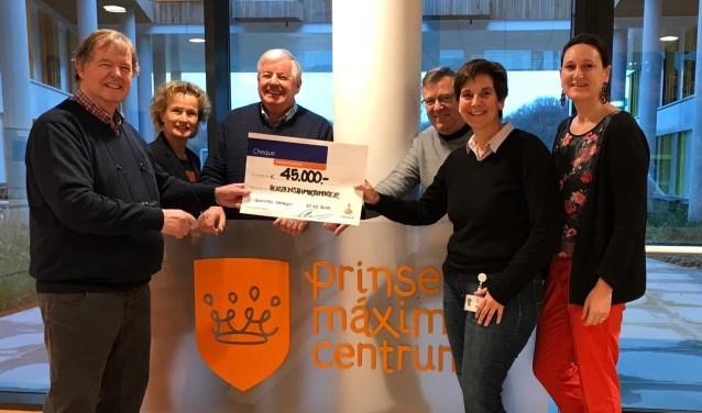 De overhandiging van de cheque met v.l.n.r. Gerard Hendriksen, Monic Rootinck, Wim Hendriksen, Hans Bruns, Esther Hulleman, Marjolein van Leeuwen