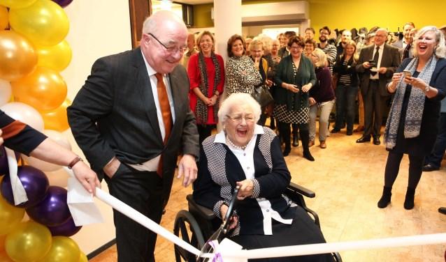 Dhr.J.Dijks opent samen met mw.den Ouden, langstwonende in het Havenlicht .