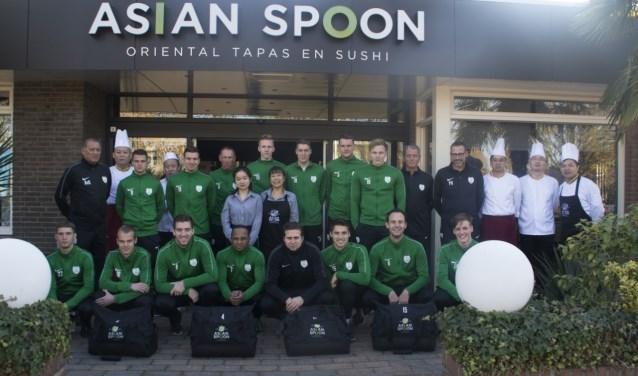 De eerste selectie van Omni vereniging S.D.Z.Z bij Asian spoon