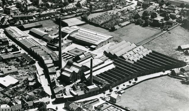 Luchtfoto van het fabriekscomplex van Bergoss in 1953. Bovenaan is de spoorlijn te zien, vanaf het midden naar rechts loopt de huidige Oostwal. Een deel van de muur van de sheddaken staat daar nu nog langs.