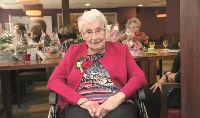 Toos Huijsmans op 28 november, de dag dat ze honderd werd, in de restaurantruimte van Thuvine waar haar verjaardag werd gevierd.