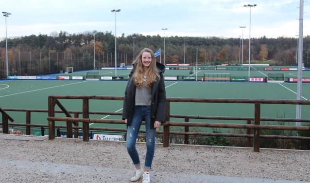 Florien Buitendijk op haar favoriete hockeyclub Schaerweijde. Daar is zij vier keer per week te vinden. FOTO: Lydia van der Meer